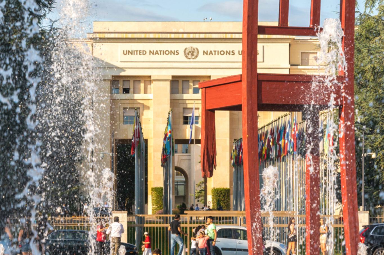 """Skulpturen """"Broken Chair"""" utenfor FN-kontorene i Geneve"""