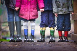 Barneføtter på grusføtter