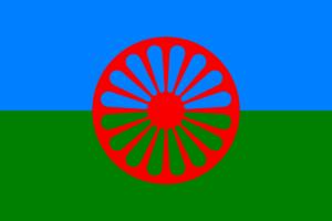 Det romske flagget, et rødt, eikete hjul på en horisontalt delt grønn og blå bakgrunn.