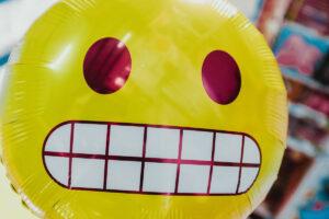 Balong med kleint-fjes-emoji