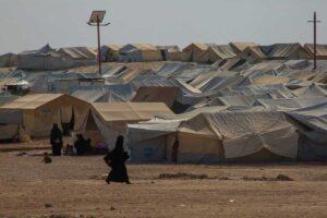 Telt i teltleir i Syria, kvinne i burka går foran teltene.