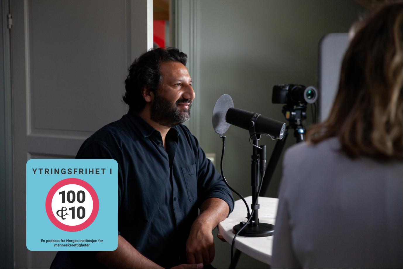 Journalist Kadafi Zaman i podkaststudio med NIM